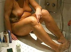 SPYCAM milf shaving legs and armpits in the shower
